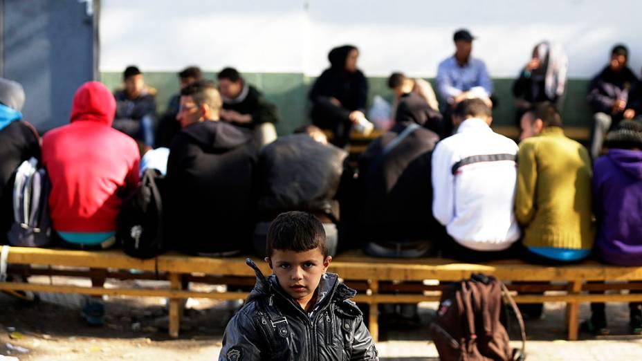 Menino sírio é visto dentro de um centro de detenção de refugiados na cidade de Elhovo, perto da fronteira búlgaro-turca, na Bulgária