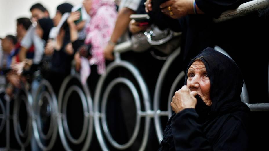 Palestinos aguardam nosul da Faixa de Gaza, com a esperança de atravessar para o Egito. Na quarta-feira (18) a fronteira foireaberta após um ataque a um quartel militar egípcio na semana passada