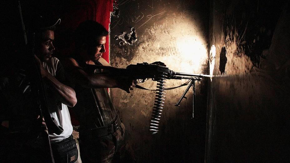 Combatente do Exército Livre da Síria em posição de tiro em Al-Zibdeh, Aleppo