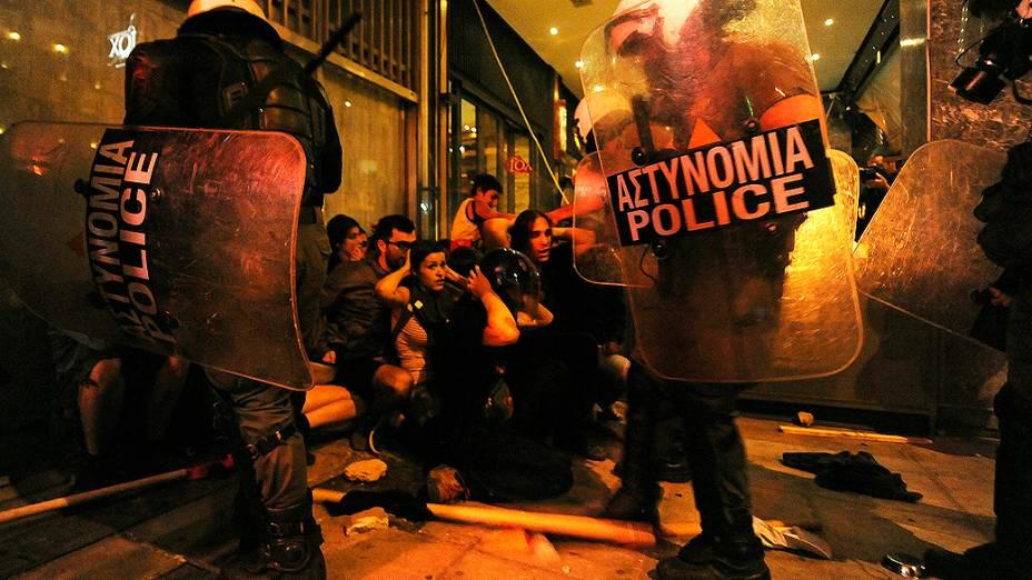 Policiais detém manifestantes no norte da cidade grega de Salônica após o assassinato de um homem de 35 anos por um outro que simpatizava com movimentos de extrema-direita