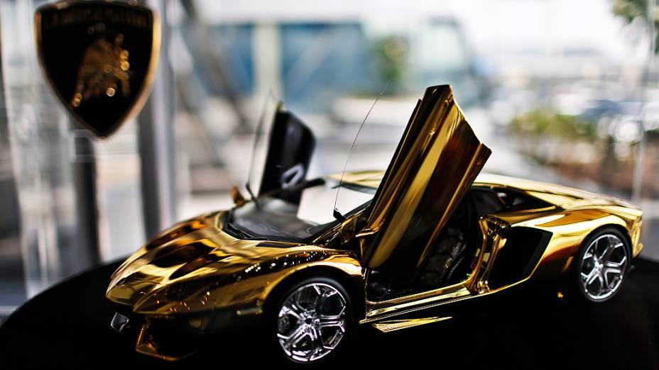Miniatura de Lamborghini em exposição no showroom da montadora, em Dubai. O modelo em exibição é um protótipo de outro que usará cerca 2,9 milhões de dólares em ouro e pedras preciosas como diamante