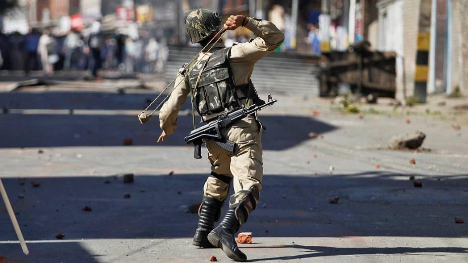 A polícia disparou bombas de gás lacrimogêneo para dispersar centenas de manifestantes na sexta-feira (20), que tentavam marchar até a cidade Shopian para protestar contra os recentes assassinatos no sul da Caxemira, na Índia