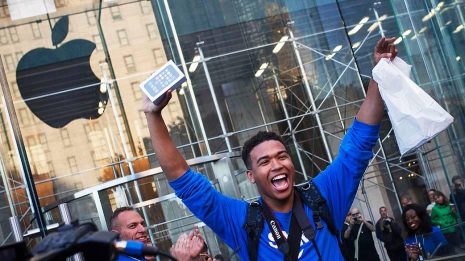 Um dos primeiros clientes a comprar o iPhone 5S da Apple comemora após sair da loja na Quinta Avenida, em Manhattan, Nova York