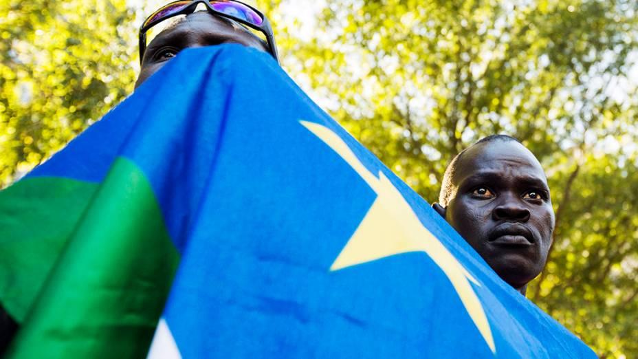 Homens seguram a bandeira do Sudão do Sul do lado de fora da sede da ONU em Nova York pedindo um referendo sobre a independência da região de Abyei disputada entre o Sudão e o Sudão do Sul