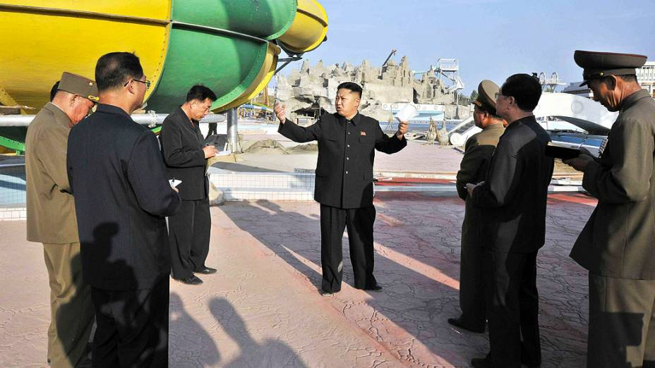 Ditador norte-coreano Kim Jong-un visita um canteiro de obras do Complexo de Natação Munsu em Pyongyang, na Coreia do Norte