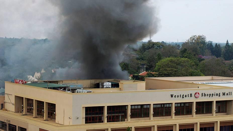 Fumaça vista no topo do shopping Westgate em Nairóbi após uma série de explosões durante o terceiro dia de confronto entre as forças de segurança e membros da milícia islâmica Al-Shabab no interior do edifício, no Quênia