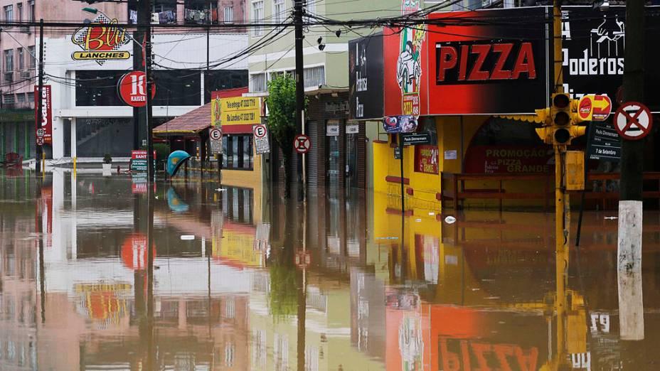 Avenida fica totalmente alagada durante a manhã desta segunda-feira no centro de Blumenau, em Santa Catarina, devido as fortes chuvas que atingiram a região nos últimos dias