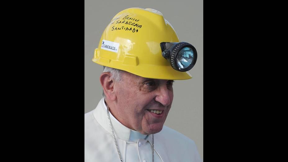 Fotografia divulgada pelo Vaticano hoje (23) mostra o papa Francisco com um capacete de mineiro, durante uma visita a Cagliari