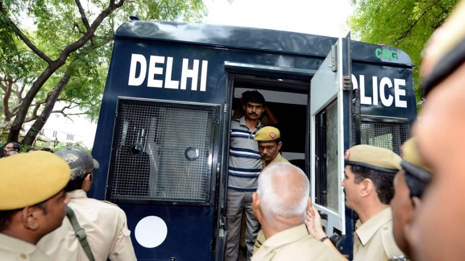 Akshay Thakur, um dos quatro condenados à morte pelo estupro e assassinato de uma mulher em um ônibus em dezembro passado, vai a julgamento em Nova Délhi