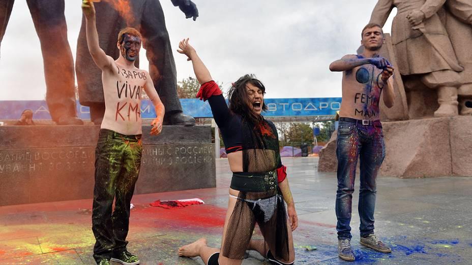 Ativistas da organização Creative Youth jogam pó colorido para simbolizar um arco-íris durante a protesto contra a homofobia na Ucrânia<br>