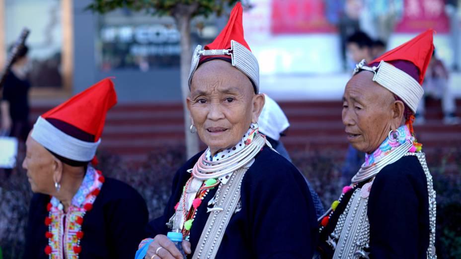 Mulheres vestidas como uma minoria étnica são vistas em Pequim, na China