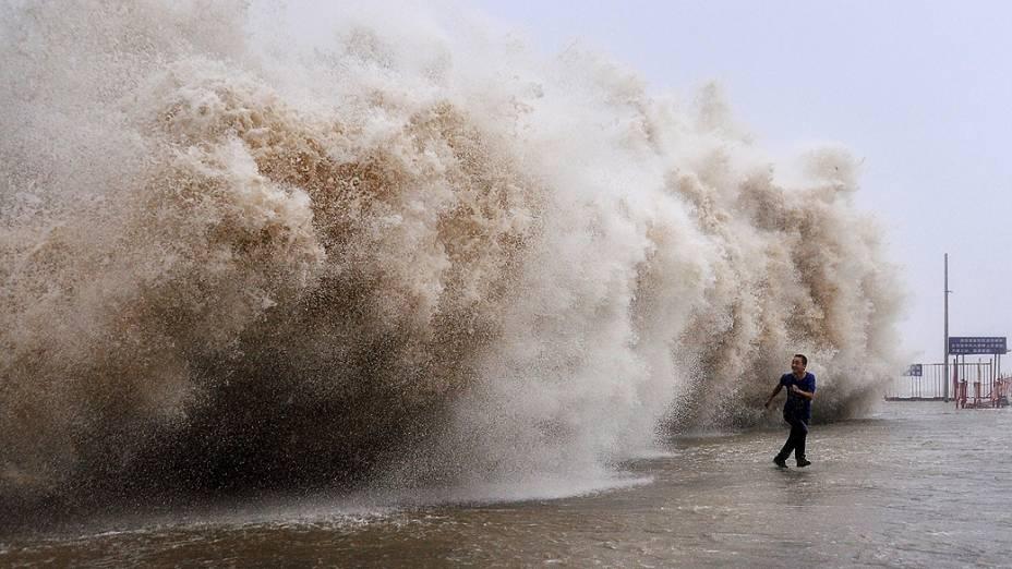 Imagem divulgada nesta terça-feira (24) mostra onda gigante causada pelo tufão Usagi, na cidade de Shantou (China)