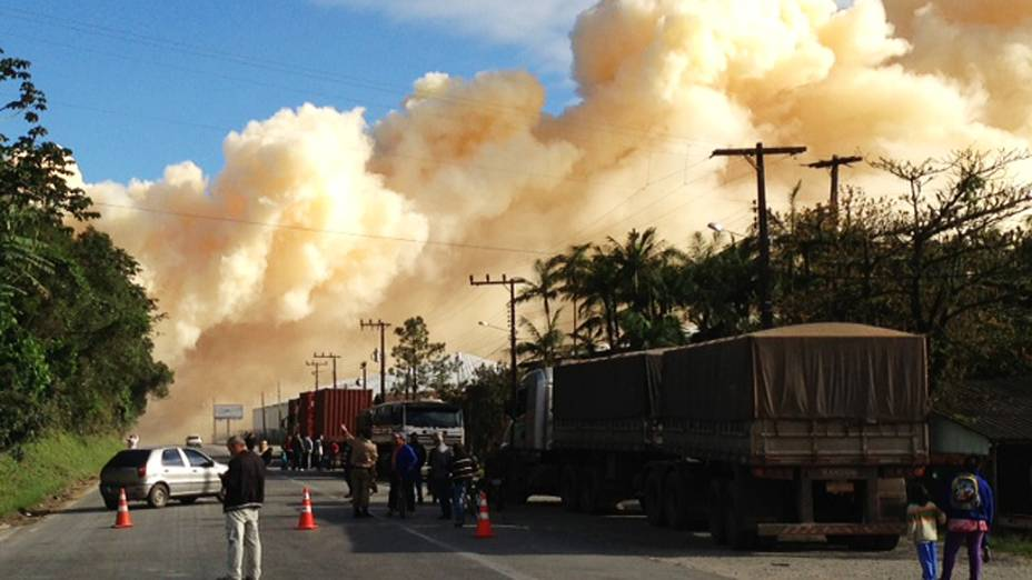 Bombeiros tentam controlar fumaça química que sai do depósito