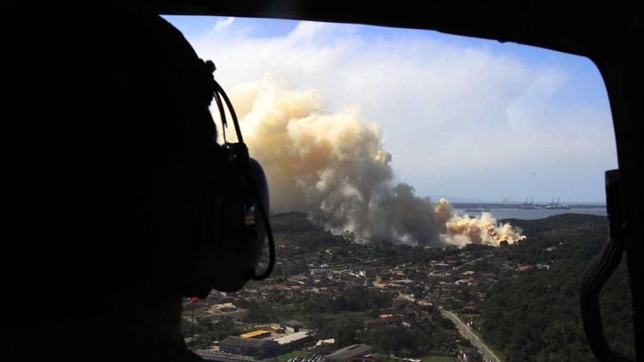 O incêndio em um armazém de fertilizantes que começou por volta das 23h de terça-feira (24) já dura mais de 36 horas