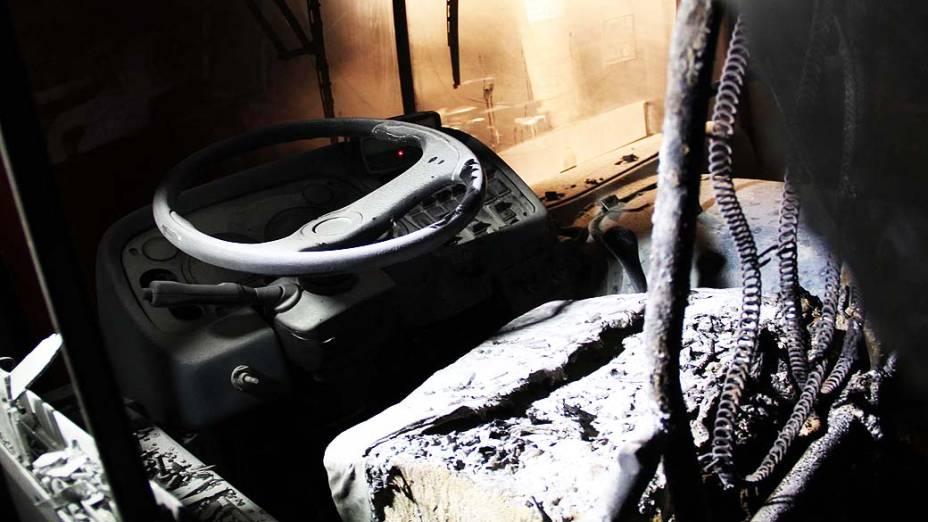 Manifestantes ateiam fogo em ônibus na avenida Ragueb Chohfi, junto à rua Érico Semer, na zona leste de São Paulo, SP. Cerca de 80 pessoas realizavam um protesto contra uma ação de reintegração de posse de uma área invadida na região, quando o grupo parou um ônibus da Viação Itaquera-Brasil, não havia passageiros apenas o motorista e a cobradora que foram obrigados a desce