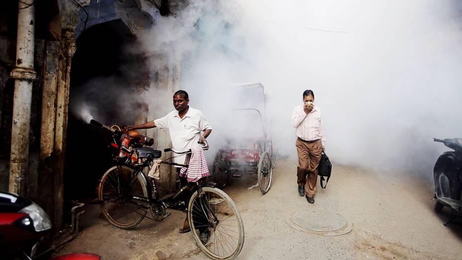 Funcionários do governo pulverizam ruas de Nova Délhi na Índia, como parte dos esforços no combate à dengue no país
