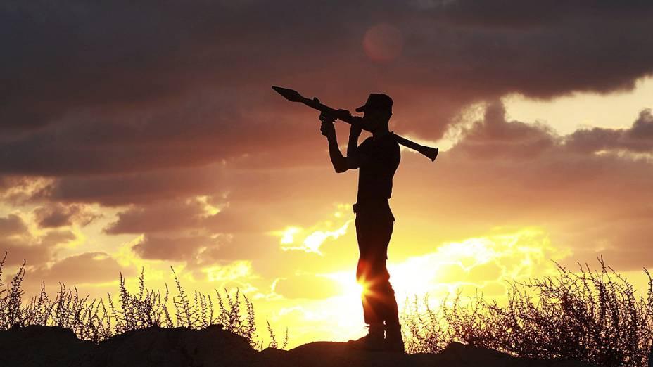 Membro do grupo militar armado palestino Comitês de Resistência Popular, participa de uma sessão de treinamento em Khan Younis, no sul da Faixa de Gaza, nesta sexta-feira (27)