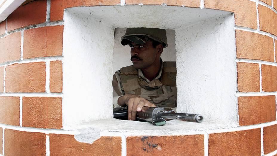 Soldados indianos vigiam os arredores do templo Raghunath durante dia de greve em protesto contra um ataque a uma delegacia de polícia e quartéis na Caxemira indiana na última quinta-feira (26)