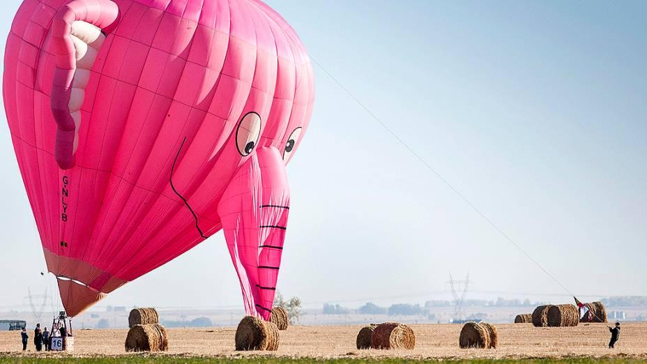 Balão em formato de um elefante rosa, participa de um campeonato no Canadá. O evento é qualificatório para o mundial que ocorrerá em São Paulo, em 2014