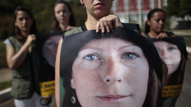 Em Brasília, ativistas do Greenpeace seguram imagem da brasileira Ana Paula Maciel, presa durante protesto na Rússia