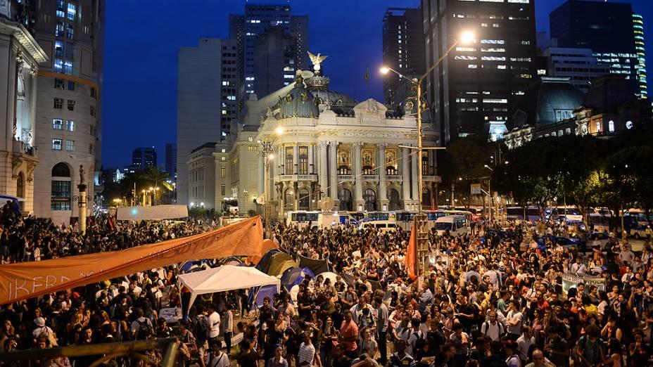 Professores em greve protestam na Cinelândia contra o governador Sergio Cabral, no Rio de Janeiro