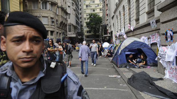 Câmera Municipal é cercada por grades e policiamento em dia de votação do plano de carreira, cargos e salários dos profissiionais da educação, no Rio de Janeiro