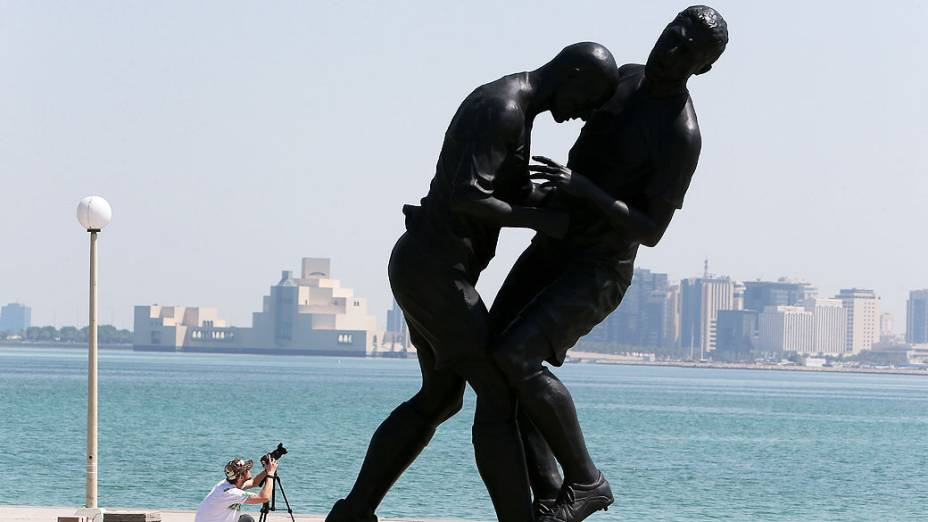 Fotógrafo tira fotos de uma escultura em bronze intitulado Coup de Tete do francês argelino Adel Abdessemed, no Corniche em Doha depois de ter sido comprado por um museu do Qatar. A estátua imortaliza a cabeçada dada por Zinedine Zidane no jogador italiano Marco Materazzi durante a final do Mundial em 2006