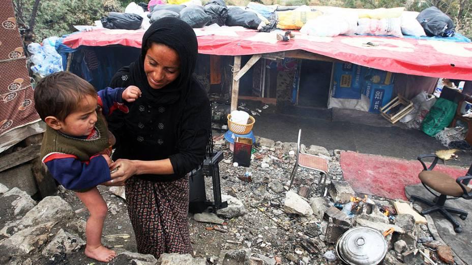 Mulher brinca com seu filho em um campo de refugiados sírios na Turquia. A cada dia, dezenas de reugiados fogem da guerra civil em seu país, e aumentam a população de um acampamento improvisado em Ankara