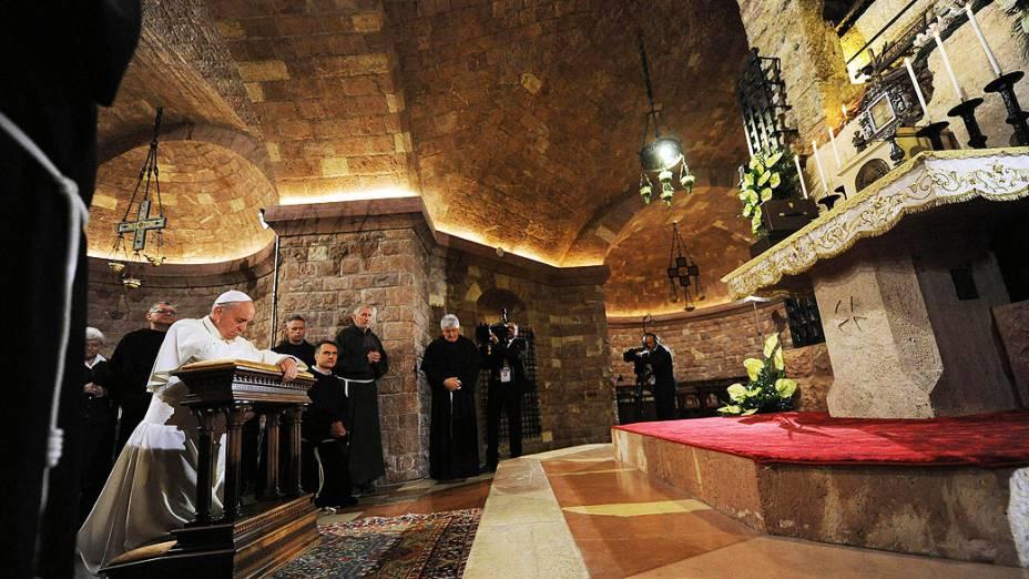 Papa Francisco faz oração diante do túmulo de São Francisco, em Assis, Itália