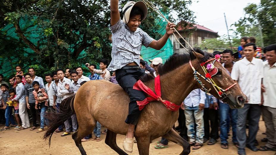 Corrida realizada como parte do Festival dos Mortos acontece hoje, 4 de outubro de 2013 em Sour Vihear, no Camboja. Corridas de cavalos e búfalos têm lugar todos os anos durante Pchum Ben, festival anual do Camboja que presta homenagem aos parentes falecidos ao longo de várias gerações
