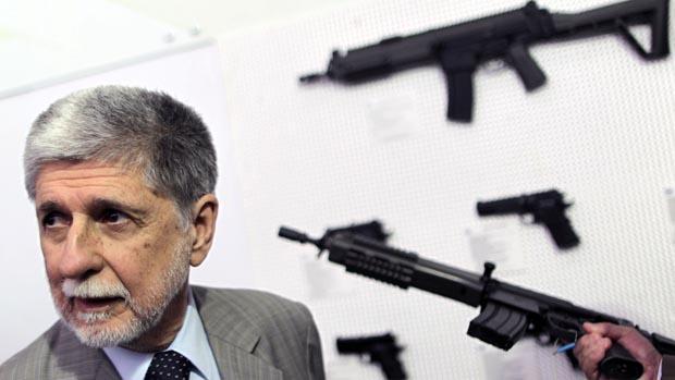 O ministro da Defesa, Celso Amorim visita feira de armamentos, em Brasília