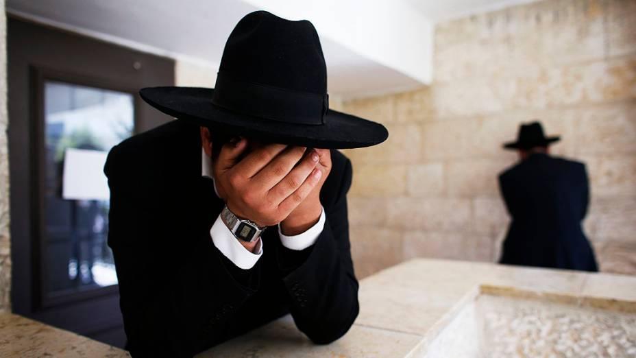 Judeus ortodoxos choram ao ouvir a notícia sobre a morte do rabino Ovadia Yosef, o mentor espiritual do partido religioso Shas, em Jerusalém. Yosef, um sábio nascido no Iraque, morreu na segunda-feira com 93 anos