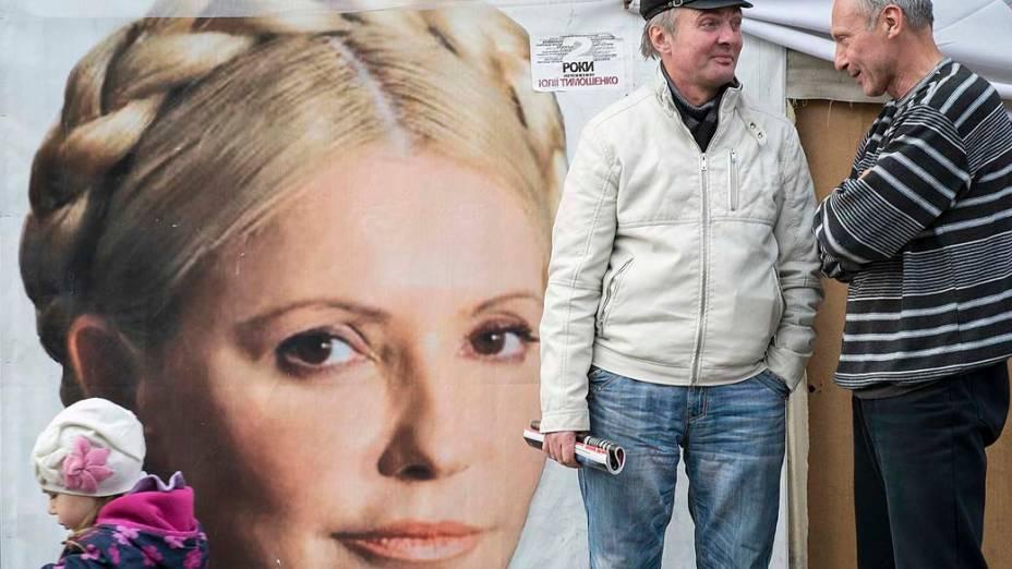 Partidários da ex-primeira-ministra ucraniana Yulia Tymoshenko conversam em um comitê no centro de Kiev. Atualmente Yulia está sendo julgada por um caso de fraude fiscal e foi indiciada por cumplicidade no assassinato de um deputado em 1996