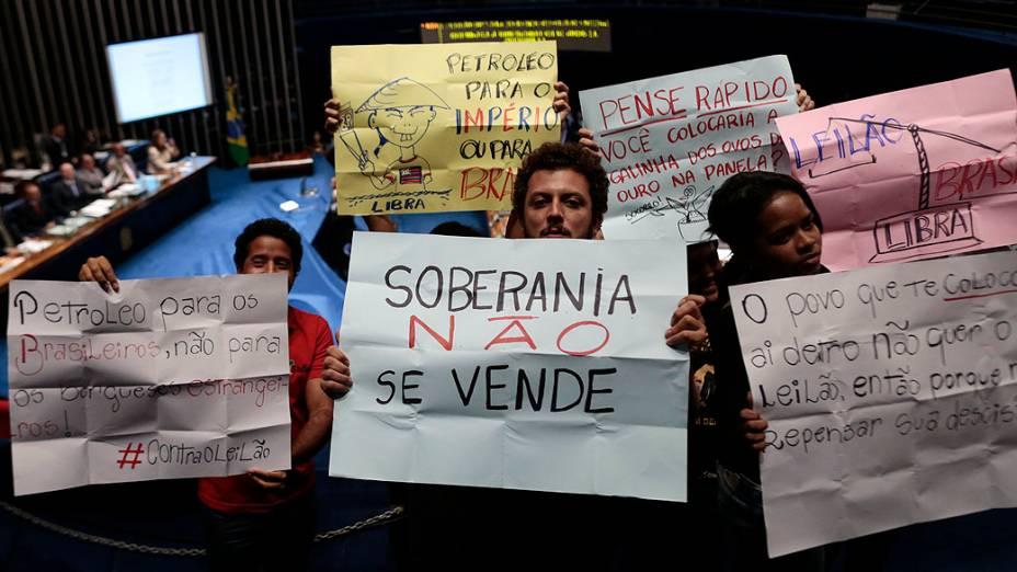 Protesto contra o leilão da área gigante de Libra, considerada a maior reserva de petróleo brasileira no pré-sal, durante uma sessão solene para marcar o 60º aniversário da Petrobras, em Brasília
