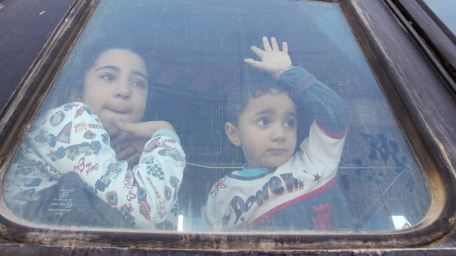 Crianças palestinas esperam para cruzar para o Egito, na passagem de Rafah entre o Egito e o sul da Faixa de Gaza. A fronteira foi reaberta parcialmente por quatro dias para pacientes que procuram tratamento e para alunos que estudam fora de Gaza