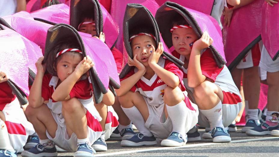 Em Taiwan, crianças ensaiam para o Dia Nacional comemorado em 10 de outubro