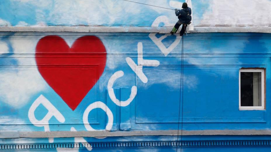 Trabalhador finaliza mural escrito Eu amo Moscou, na Rússia