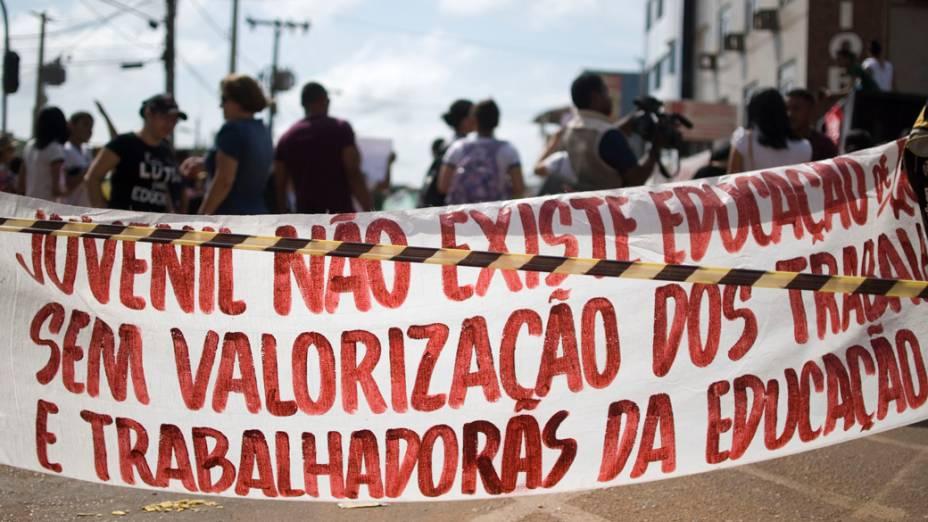 Professores da rede estadual de ensino do estado do Pará com apoio de alunos, realizam manifestação em Altamira, bloqueando um dos principais cruzamentos do centro da cidade para reivindicar melhores condições de trabalho