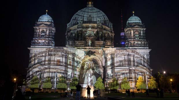 Teste de iluminação na catedral Berlim para o Festival das Luzes, na Alemanha