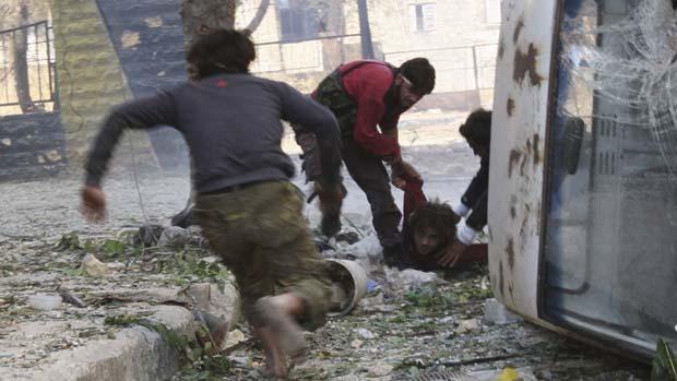 Combatente do Exército sírio é socorrido após ser baleado por um atirador de elite do presidenteBashar al-Assad