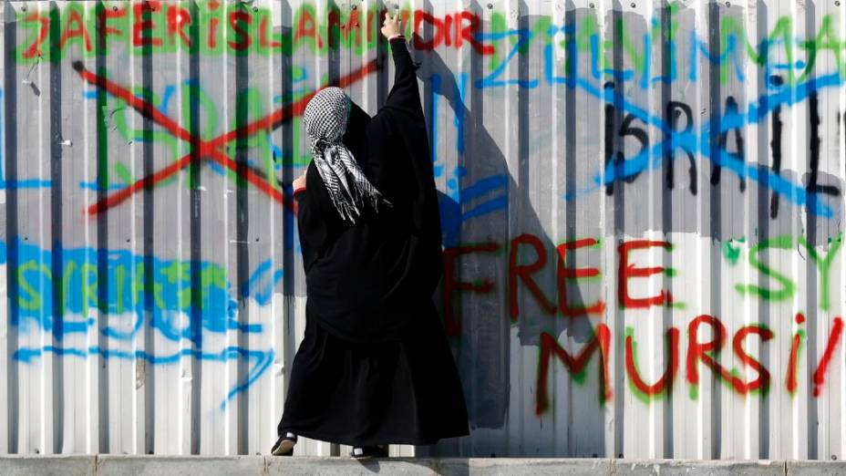 Manifestante pró-palestinos grafita o lado de fora do Palácio da Justiça, em Istambul