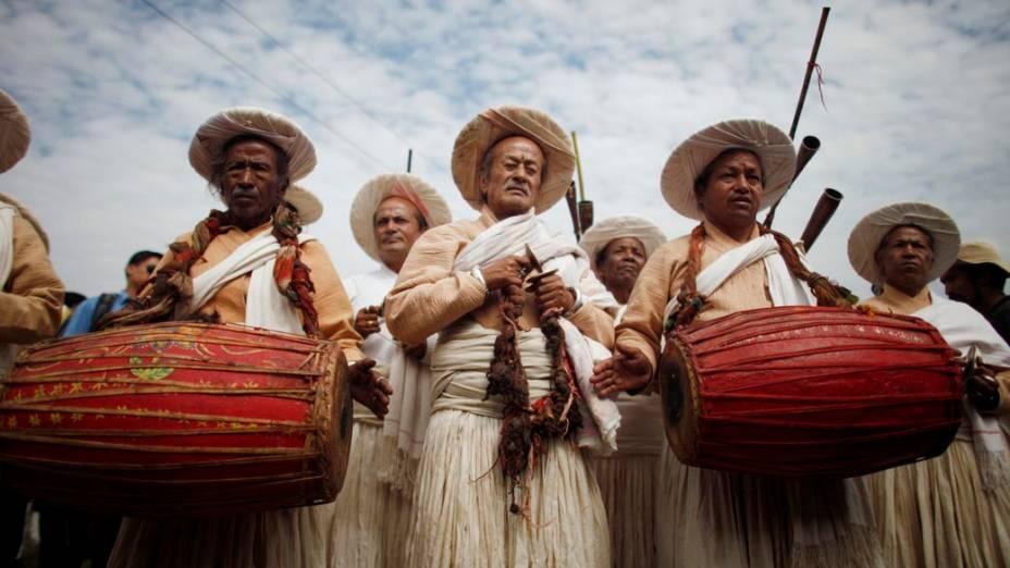 Sacerdotes tocam instrumentos tradicionais durante o festival Shikali em Khokana, no Nepal