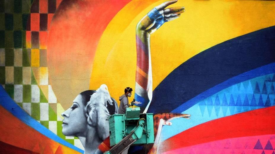 Artista finaliza um enorme muralno centro de Moscou, na Rússia