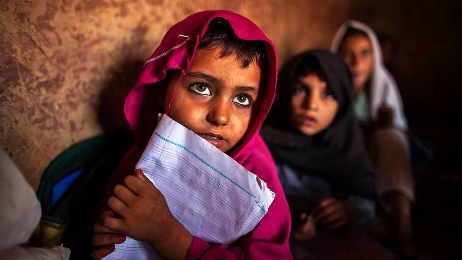 Menina frequenta escola em uma favela nos arredores de Islamabad, no Paquistão