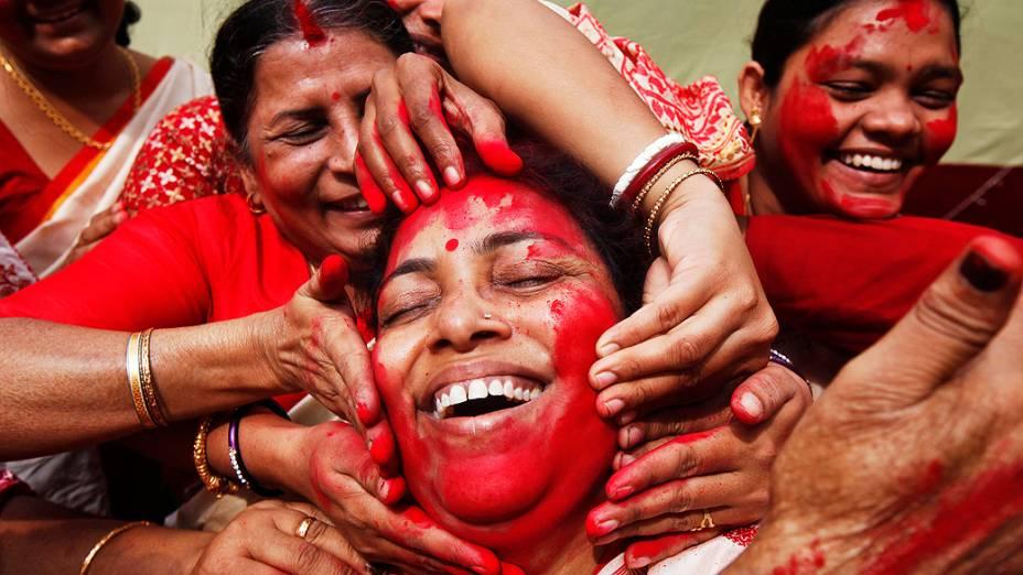 Mulheres hindus no último dia do Durga Puja, em Kolkata. Festival é o maior evento religioso da Índia.