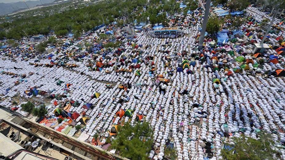 Peregrinos realizam orações do meio-dia no lado de fora da mesquita Namira, perto do Monte Arafat, na Arábia Saudita