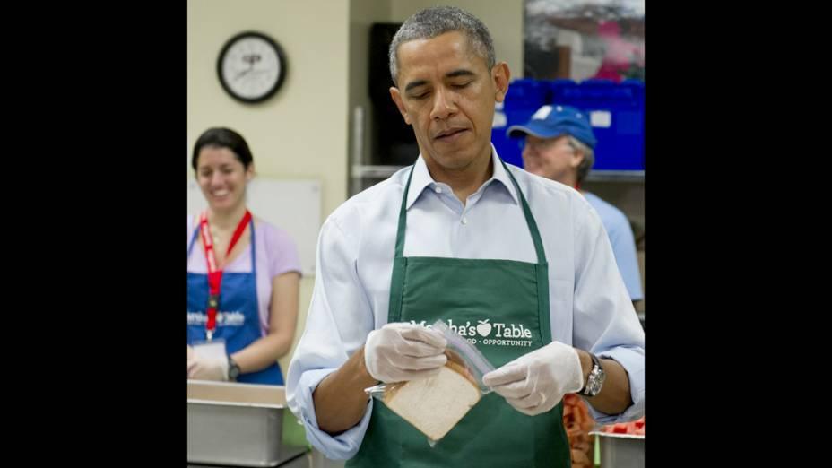 Presidente dos EUA, Barack Obama, prepara lanches para pessoas de baixa renda e famílias desabrigadas, em uma organização sem fins lucrativos, em Washington