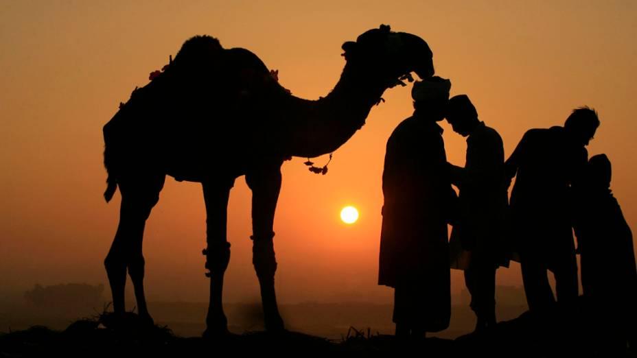 Mercadores esperam por clientes durante o pôr-do-sol em Lahore, no Paquistão