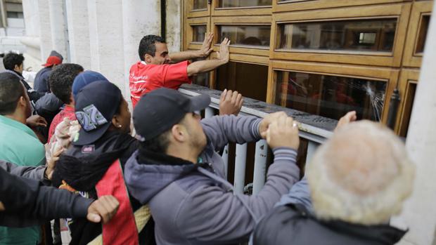 Integrantes do Movimento Sem Teto (MTST) tentam invadir a Prefeitura de São Paulo. Eles reivindicam melhores políticas de moradia para a população sem teto
