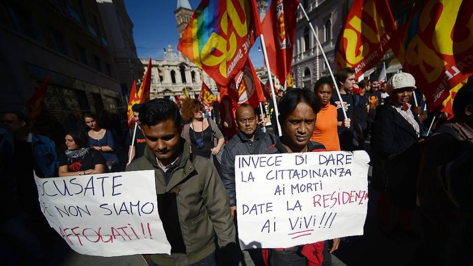Imigrantes seguram cartazes dizendo Em vez de dar cidadania aos mortos, dar-lhe a vida!, durante um protesto contra as medidas de austeridade, em Roma, na Itália